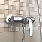 Nástěnné sprchové baterie v koupelně